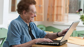 ältere Frau an Notebook (fotalia)